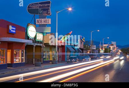 Des traînées de voiture et store fronts sur la Route 66/Central Ave., Nob Hill, Albuquerque, Nouveau Mexique USA Banque D'Images
