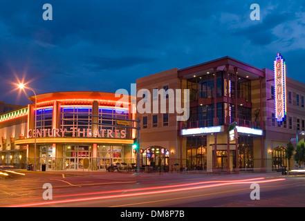 Des traînées de voiture et store fronts sur la Route 66/Central Ave., centre-ville d'Albuquerque, Nouveau Mexique, Banque D'Images