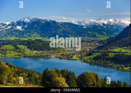 Panorama rural paysage avec lac Alpsee et montagnes des Alpes en Bavière, Allemagne, ville voisine d'Immenstadt Banque D'Images