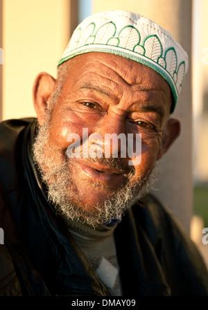 Des portraits d'hommes à l'extérieur de la Mosquée Hassan II, Casablanca, Maroc, Afrique Banque D'Images