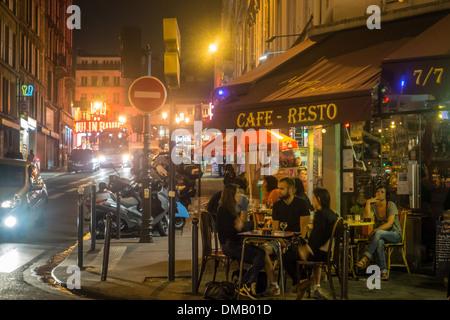 Une Ambiance De Cafe Parisien Restaurant La Nuit Rue Lepic Paris