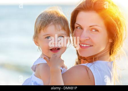 Mère et fille sur la plage Banque D'Images