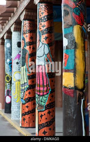 Portail de la décoration posts, Musée des arts indigènes, Santa Fe, Nouveau Mexique USA Banque D'Images