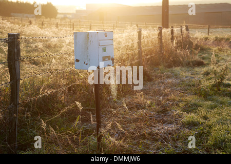 France, Bourgogne, une boîte aux lettres dans le champ près de la machine Banque D'Images