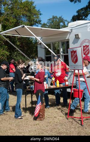 Les Services d'urgence en cas de désastre de l'Armée du salut chariot servant des repas sur la Journée des anciens Banque D'Images