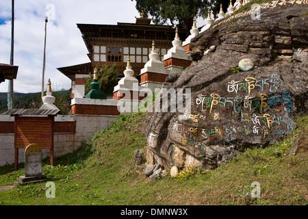 Le Bhoutan, la vallée de Bumthang, Kurjey Lhakang, mantra sur la roche à l'entrée du monastère Banque D'Images