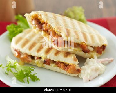 L'alimentation du poulet frit et du fromage panini et sandwich coleslaw Banque D'Images