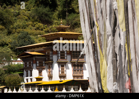 Le Bhoutan, la vallée de Bumthang, Kurjey Lhakang, monastère et les drapeaux de prières Banque D'Images
