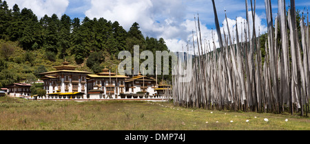 Le Bhoutan, la vallée de Bumthang, Kurjey Lhakang, vue panoramique du monastère et les drapeaux de prières Banque D'Images