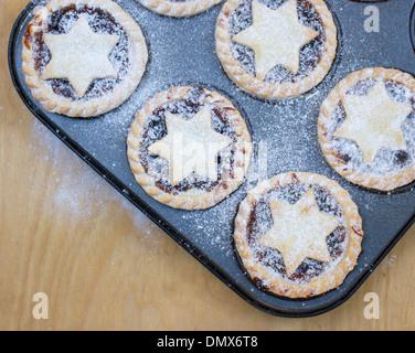 Sucre glace fait maison saupoudrés de petits pâtés sur la plaque de cuisson Banque D'Images