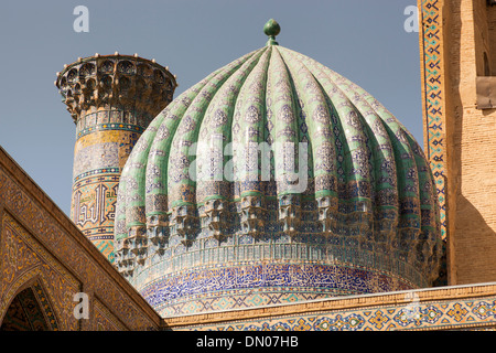 Une coupole de Sher Dor Madrasah, également connu sous le nom de Shir Dor Madrasah, place du Registan, Samarkand, Banque D'Images