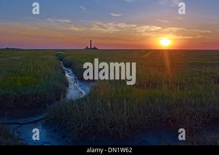 Coucher du soleil au phare Westerheversand, péninsule Eiderstedt, Frise du Nord, Schleswig-Holstein, Allemagne Banque D'Images