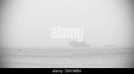 Old Ship wreck en mer lors d'un jour brumeux Banque D'Images