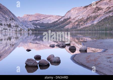 Soirée tranquille à tons Lac Tenaya, Yosemite National Park, California, USA. L'automne (octobre) 2013.