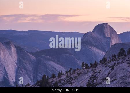 Crépuscule sur Demi Dôme, Yosemite National Park, California, USA. L'automne (octobre) 2013. Banque D'Images