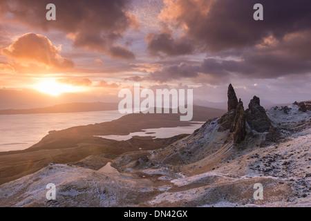 Lever de soleil spectaculaire sur le vieil homme de Storr, île de Skye, en Ecosse. Hiver (décembre) 2013.