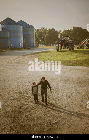 Caucasian father and son walking on farm Banque D'Images