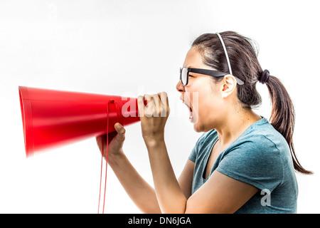 Asian woman yelling dans ampli