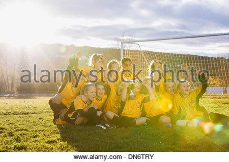 La célébration de l'équipe de soccer réussie sur terrain Banque D'Images