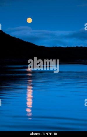 Situation géographique Le parc national de Katmai, Bay, Alaska, USA, de nuit avec la lune. Banque D'Images