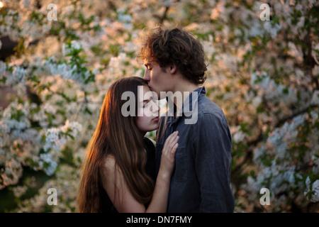 Jeune couple amoureux s'embrasser les yeux fermés Banque D'Images
