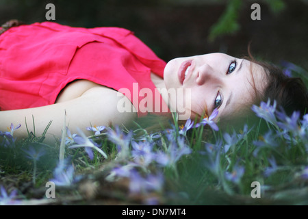 Girl lying on a flowery meadow, portrait Banque D'Images