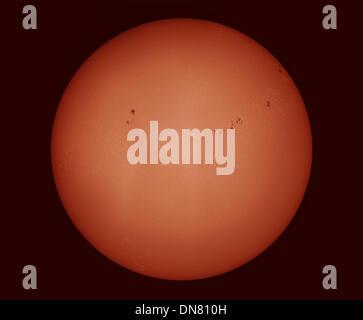 Le dimanche 19 décembre 2013. Le disque du soleil avec de nombreuses régions de taches solaires actifs, imagé avec Banque D'Images