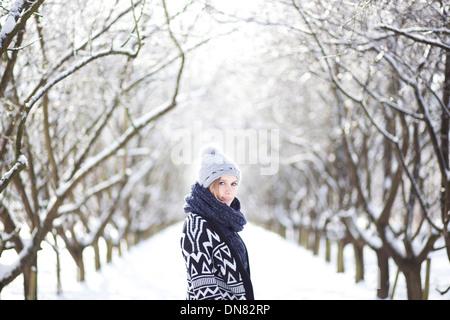 Portrait d'une jeune femme dans la neige Banque D'Images