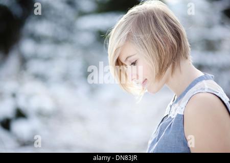 Portrait d'une jeune femme dans la neige