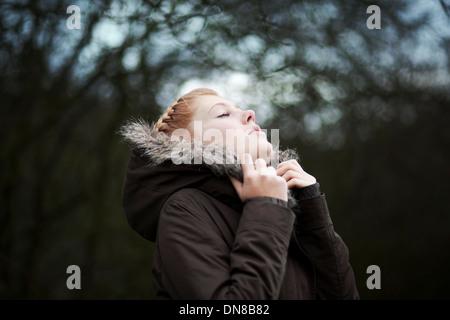 Couple snuggles en veste d'hiver Banque D'Images