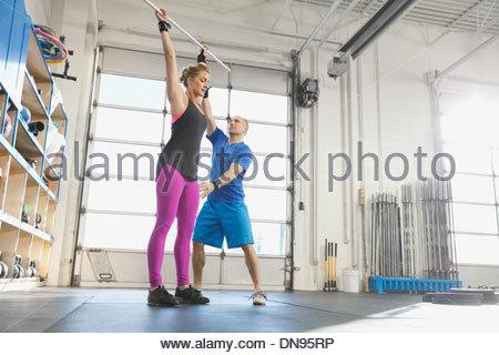 Instructeur de sport pratique technique avec femme Banque D'Images