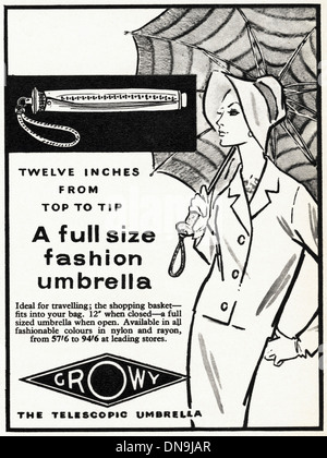 Années 1950, la publicité. Vintage original women's magazine de mode publicité pour la mode femme parapluie télescopique Banque D'Images