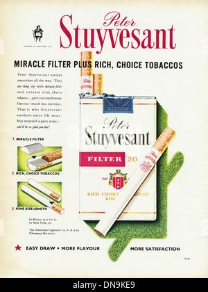 Années 1950, la publicité. Vintage original women's magazine de mode publicité pour Peter Stuyvesant cigarettes Banque D'Images