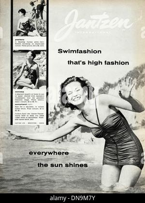 Années 1950, la publicité. Vintage original women's magazine de mode publicité pour dame de swimfashion par INTERNATIONAL Banque D'Images