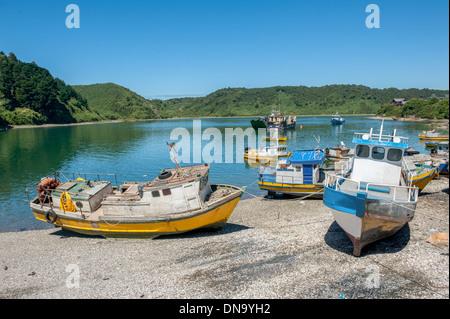 Bateaux sur la rive à Puerto Montt, Chili Banque D'Images