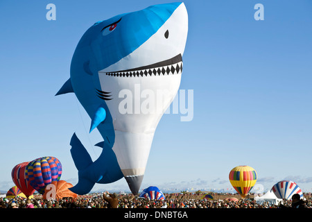 Shark montgolfière sur foule, Albuquerque International Balloon Fiesta, Albuquerque, Nouveau Mexique USA Banque D'Images