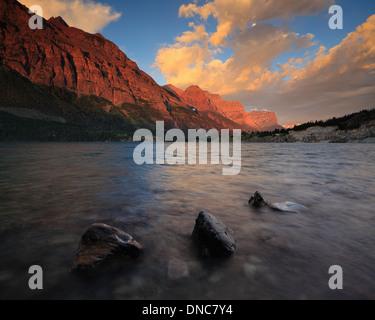 Le lever du soleil sur Saint Mary Lake dans le Parc National de Glacier dans le Montana Banque D'Images