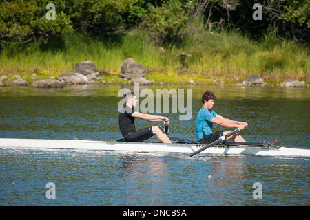 Lycée de garçons de la formation de l'équipe d'aviron de godille sur Lagoon-Victoria d'Esquimalt, en Colombie-Britannique, Banque D'Images