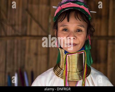 Karen long cou femme au village de la tribu colline près de Chiang Mai, Thaïlande. Banque D'Images