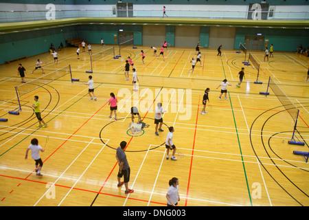 L'île de Hong Kong, Chine Hong Kong Central Park Sports Centre Centre de badminton gymnase intérieur étudiant asiatique Banque D'Images