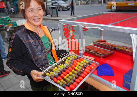 Beijing Chine, Chinois, Chaoyang District, Asiatiques ethnics adultes, adultes, femmes femmes, rue, nourriture, vendeurs stall stands stand stands stands stands cabines mar