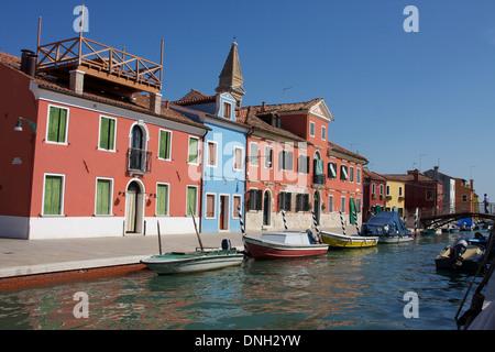 Façades colorées SUR LES MAISONS DANS L'île de Burano, DANS LA LAGUNE DE VENISE, Venise, Vénétie, Italie Banque D'Images