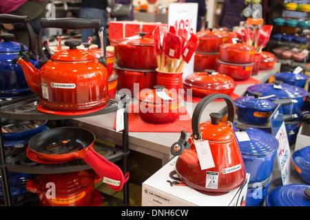 La cuisine française Le Creuset en fonte émaillée fabricant de cuisine casseroles et tajines Banque D'Images