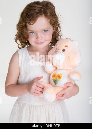 Jeune fille à l'Ours Ours 1983 Ami de soins plus ours jouet par Kenner. Banque D'Images