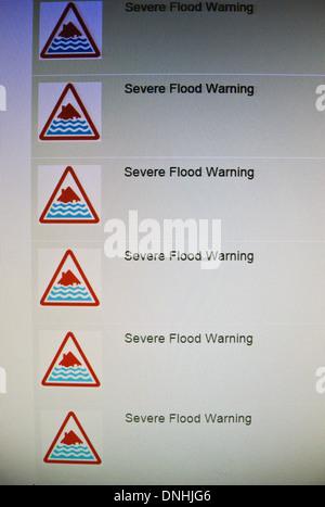Des inondations graves avertissements figurant sur le site web de l'Agence de l'environnement au moment de la marée Banque D'Images