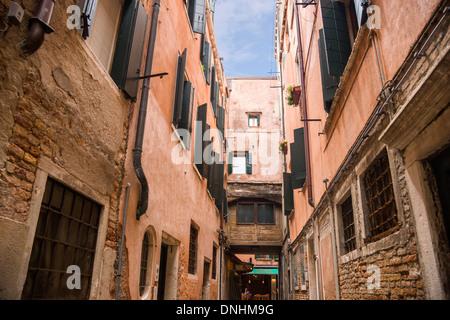 Bâtiments le long d'une rue, Venise, Vénétie, Italie