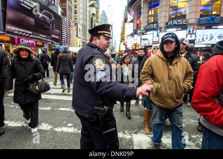 New York, NY, USA. 31 Dec, 2013. Les gens à attendre avec impatience d'entrer dans Times Square avant la balle tombe Banque D'Images