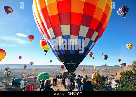 Montgolfières et foule, Ascension de Masse, Red Rock Balloon Rally, Gallup, Nouveau Mexique, USA Banque D'Images