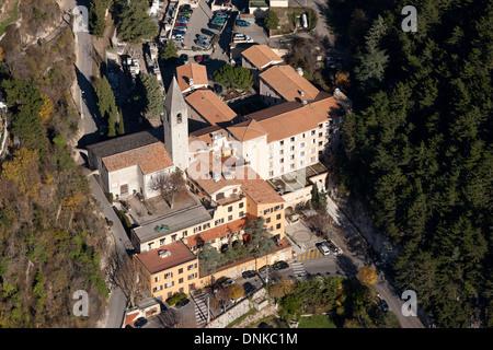 SAINT-MARY CHURCH (vue aérienne). Peille, Alpes-Maritimes, Côte d'Azur, France de l'arrière-pays. Banque D'Images