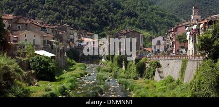 Isolabona, Italie, surplombant le village de montagne avec la rivière Nervia Banque D'Images